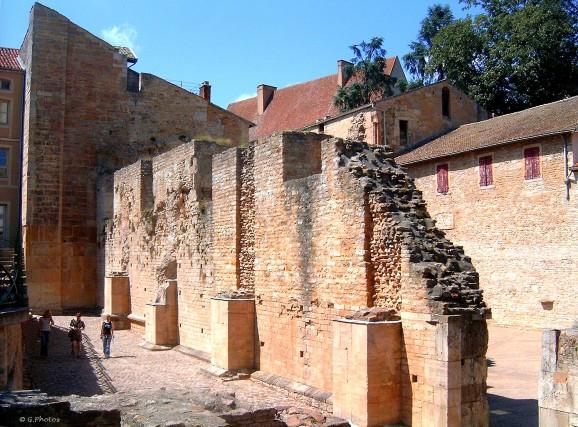 France - Bourgogne, pan de mur à Cluny, anciennes ruines