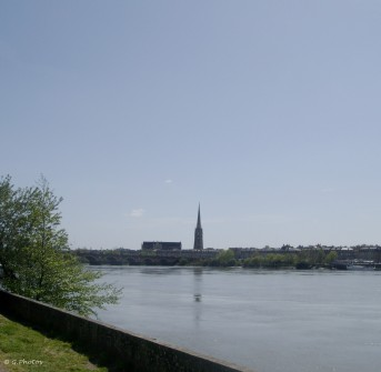 Depuis la rive droite, l'église Saint-Michel et le Pont de Pierre