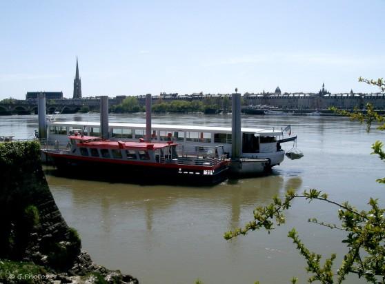 Vue sur la rive gauche de Bordeaux, ponton de la navette entre les deux rives.