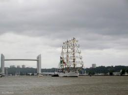 Le même voilier Mexicain Cuauhtémoc, avec dans le fond le pont Chaban-Delmas, avec la travée tout en haut