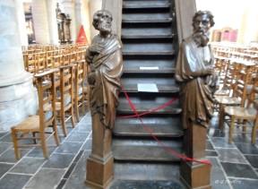 Belgique - Enghien - Eglise, au pied de la chaire. Photo de mauvaise qualité
