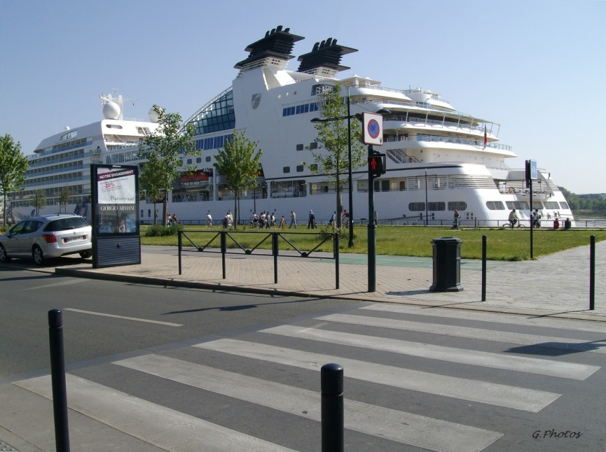 Bordeaux, bâteau de croisière à quai, entre ville et estuaire