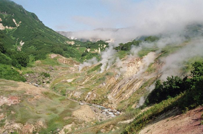 1024px-Valley_of_the_Geysers